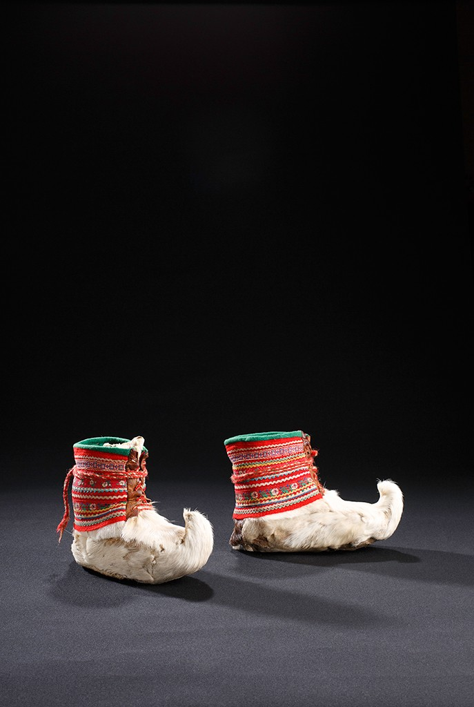 Saami upturned toe shoes